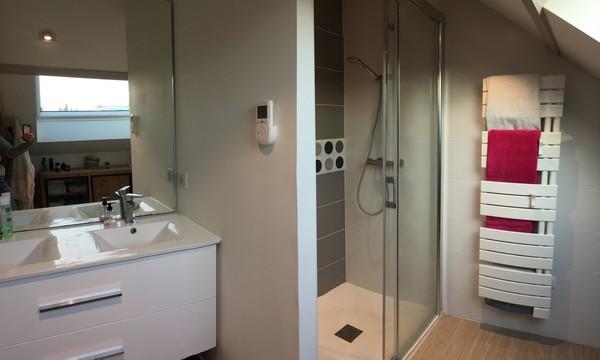 Rénovation de salle de bains dans une maison à La Roche sur Yon, réalisée par l'entreprise Rénov Energy